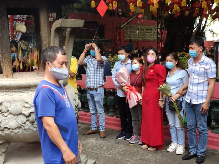 Khách đi lễ đều chủ động đeo khẩu trang bảo vệ sức khỏe