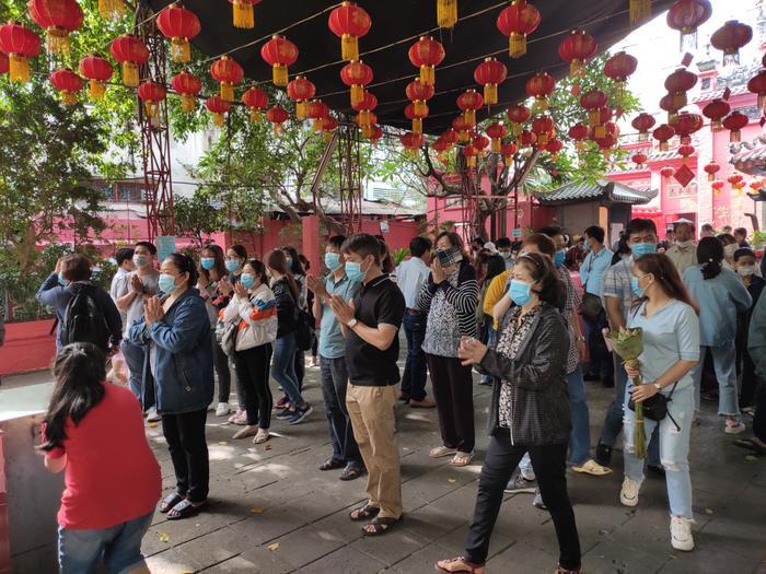 Giữa dịch virus corona, đông đảo người dân TP HCM đi chùa ngày Rằm tháng Giêng, vừa lễ phật vừa đeo khẩu trang phòng bệnh ảnh 2