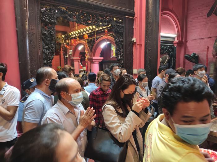 Giữa dịch virus corona, đông đảo người dân TP HCM đi chùa ngày Rằm tháng Giêng, vừa lễ phật vừa đeo khẩu trang phòng bệnh ảnh 3
