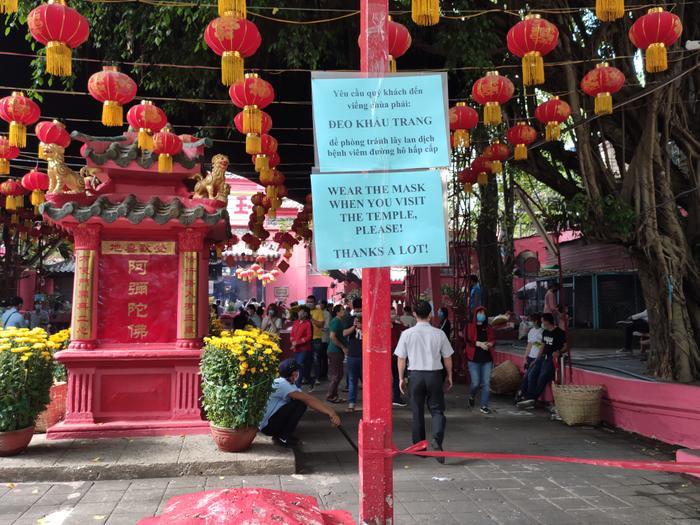 Chùa Ngọc Hoàng yêu cầu khách đến lễ Phật phải đeo khẩu trang phòng virus corona