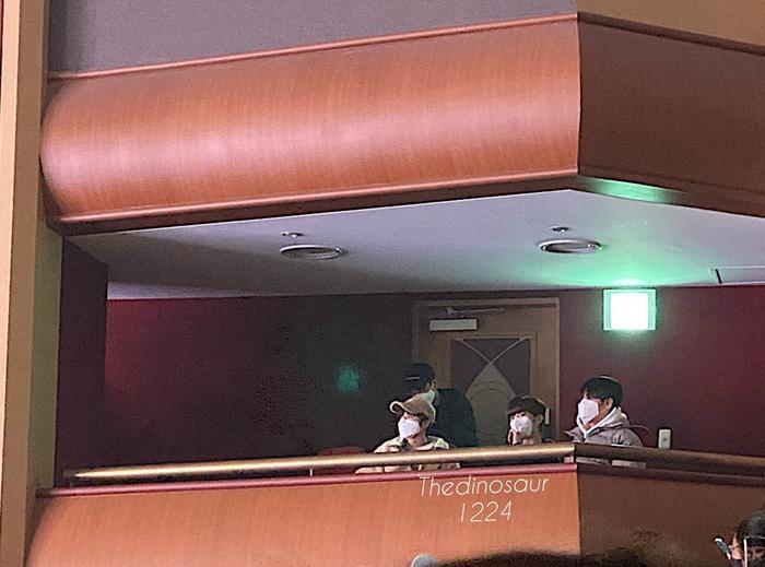 Sau khi ngồi với Yo Han, Seung Yeon đã chuyển qua chỗ Kim Woo Seok, Lee Eun Sang và Son Dong Pyo.