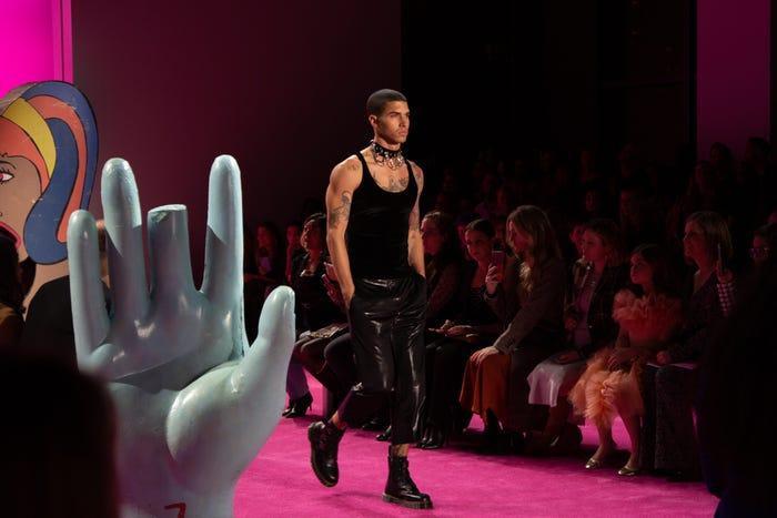 Thông thường, các chương trình Tuần lễ thời trang New York tháng hai của Siriano không có người mẫu nam nhưng năm nay xuất hiện ngoại lệ.