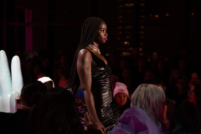 Anh còn đưa các người mẫu có kích cỡ quá khổ lên sàn catwalk.