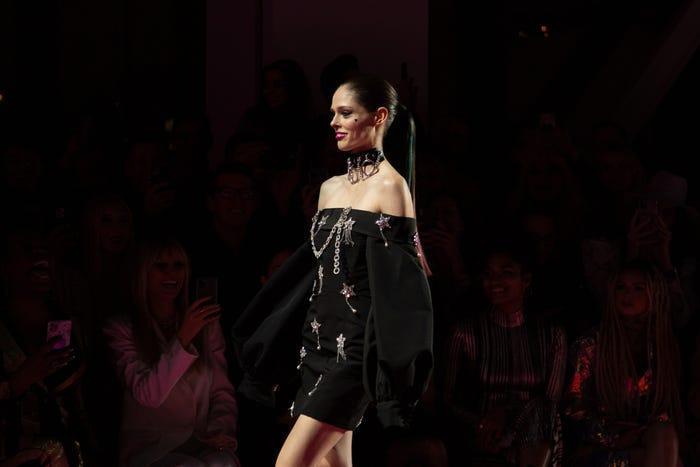 Coco Rocha, một người mẫu nổi tiếng với năng lực tạo dáng, là ngôi sao của chương trình. Bạn bè và gia đình đã cổ vũ nhiệt tình khi cô đi xuống đường băng.