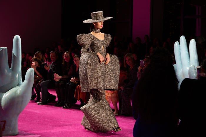 """Siriano cho biết anh luôn tạo ra sự đa dạng trong các thiết kế: """"Chúng tôi có tất cả mọi thứ, từ một chiếc váy trơn đến một bộ suit cho đến khoảnh khắc điêu khắc tuyệt vời này""""."""