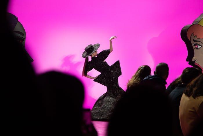 Coco Rocha khép lại chương trình với tư thế đặc trưng của mình.