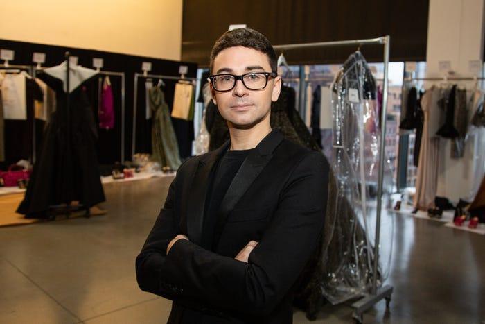 """Khi được hỏi sẽ làm gì sau show diễn, Siriano trả lời: """"Chỉ nghỉ ngơi thôi. Tôi thực sự hào hứng và chúng tôi đã làm việc chăm chỉ. Hàng ngày chúng tôi đều đọc về tính chất đặc trưng của ngành công nghiệp này. Vậy đó"""". Chúng ta đều biết về sự cạnh tranh khốc liệt của ngành công nghiệp thời trang. Phát hành một bộ sưu tập mới là tất cả những gì một nhà thiết kế thành công có thể làm."""