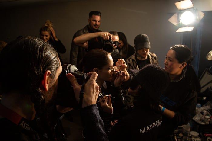 Trong khi đó, phòng thử đồ bận rộn với nghiệp vụ trang điểm, chụp hình báo chí và các người mẫu đổ xô đến buổi tổng duyệt.