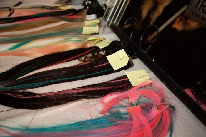 Tóc giả màu hồng và màu xanh, lấy cảm hứng từ Harley Quinn trong 'Birds of Prey' là yếu tố quan trọng cho diện mạo người mẫu đi catwalk.