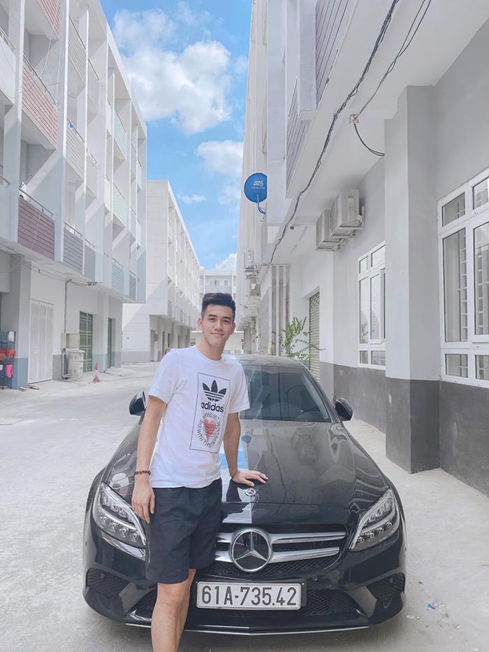 Tiền đạo Nguyễn Tiến Linh bên cạnh chiếc xeMercedes-Benz C200đời mới có giá gần 1,5 tỷ đồng. (Ảnh: Nguyễn Quang Trung)