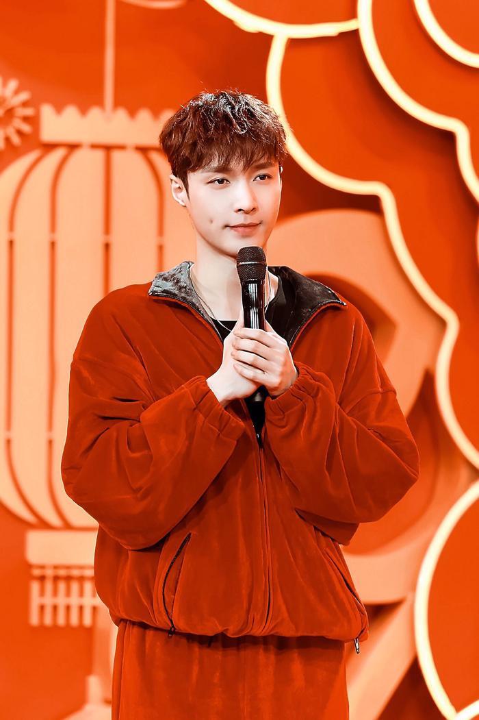 Lay (EXO) đã sáng tác nhạc động viênmọi người trong mùa dịch corona.