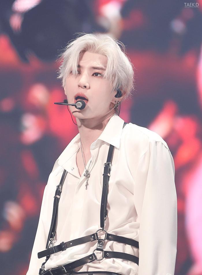 Với làn da trắng, chiếc áo sơ mi trắng khiến LEO càng trở nên nổi bật. Chiếc áo được kèm theo dây nịt, càng tăng thêm phần gợi cảm.