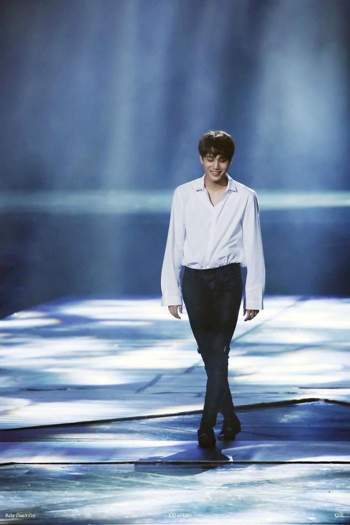 Trong bức ảnh này, Kai bước đi trên sân khấu và bỗng gây sốt trên mạng xã hội. Từ nụ cười cho đến mái tóc rối bù của anh ấy, và đường cổ chữ v đã khiến người hâm mộ phải hét lên.