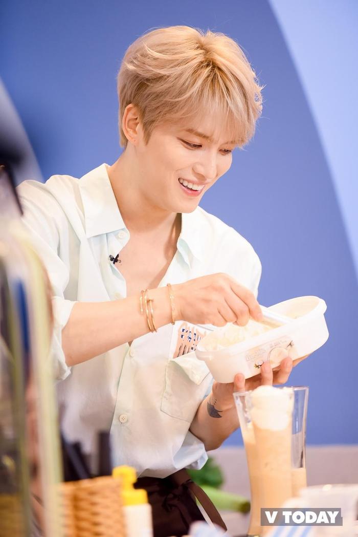 Trong chuyến đi đến Việt Nam vào năm 2019, Jaejoong xuất hiện như bạn trai nhà bên, bừng sáng và nở nụ cười tươi tắn trước người hâm mộ. Đặc biệt, chiếc áo sơ mi trắng làm anh ấy thêm hút hồn.