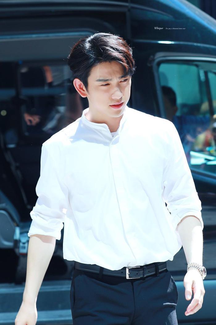 Jinyoung trông cực kỳ nam tính và trưởng thành với chiếc áo sơ mi.