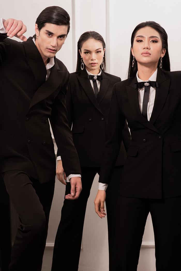 Suit công sở với kiểu dáng cơ bản nhưng đi sâu vào chi tiết đường cắt may tỉ mỉ