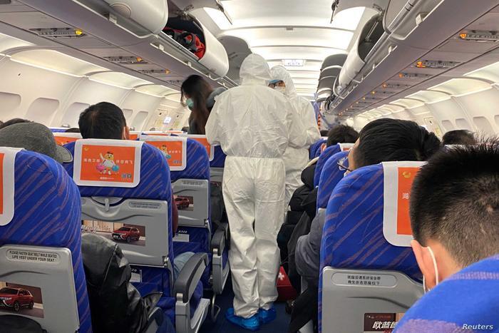Bác sĩ Powell khuyến nghị hành khách hãy dừng đeo khẩu trang nếu sử dụng không đúng cách, thay vào đó là rửa tay liên tục. (Ảnh: REUTERS/David Stanway)