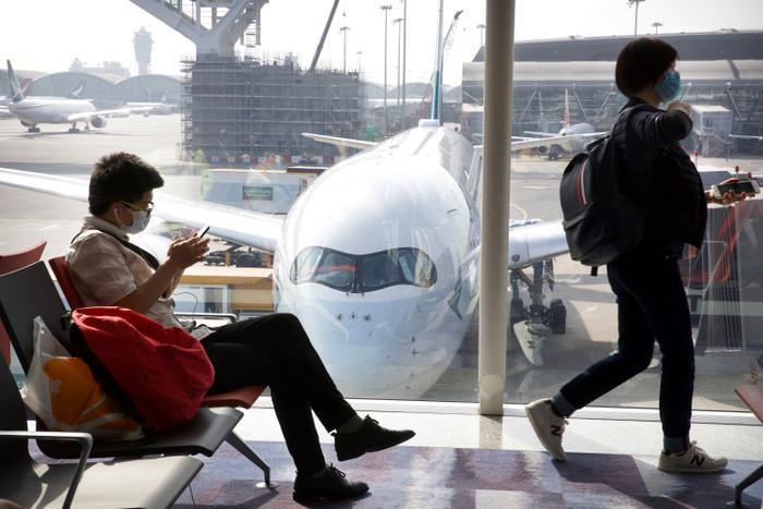 Virus corona không thể sống sót lâu trên ghế ngồi hay tay vịn trong khoang hành khách. (Ảnh: AP Photo/Ng Han Guan)