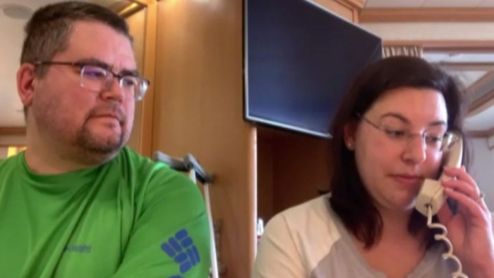 Rebecca và Kent bị cách ly trên du thuyền.