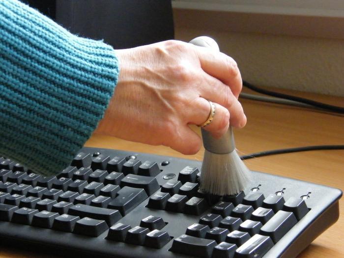Do có cấu tạo phức tạp nên người dùng PC nên nhớ nhẹ nhàng, cẩn thận khi lau chùi. (Ảnh: IT Solutions)