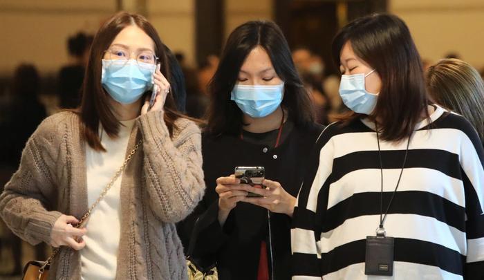 Việc vệ sinh điện thoại, máy tính,… cũng rất cần thiết để phòng tránh virus lây lan. (Ảnh: Felix Wong/SCMP)