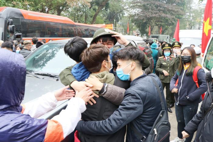 Cô gái bịn rịn bật khóc hôn tiễn người yêu tân binh lên đường nhập ngũ ảnh 18