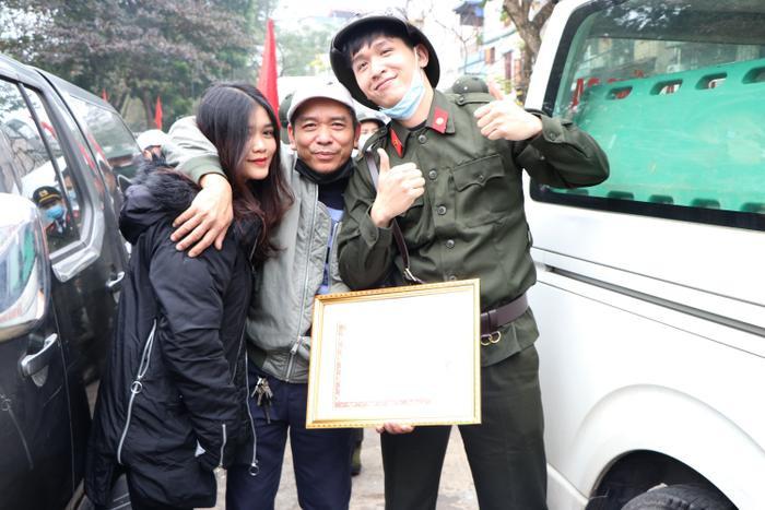 Tân Binh Nguyễn Lâm Duy Anh ở phường Cát Linh chụp ảnh cùng người thân trong ngày lên đường.