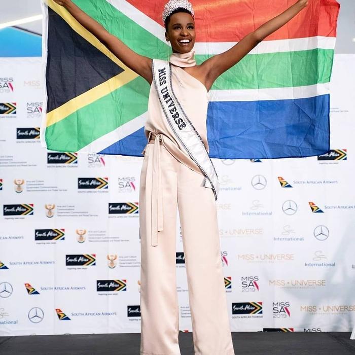 Diện mạo cá tính củaZozibini Tunzi khi đáp chuyến bay xuống quê nhà Nam Phi.
