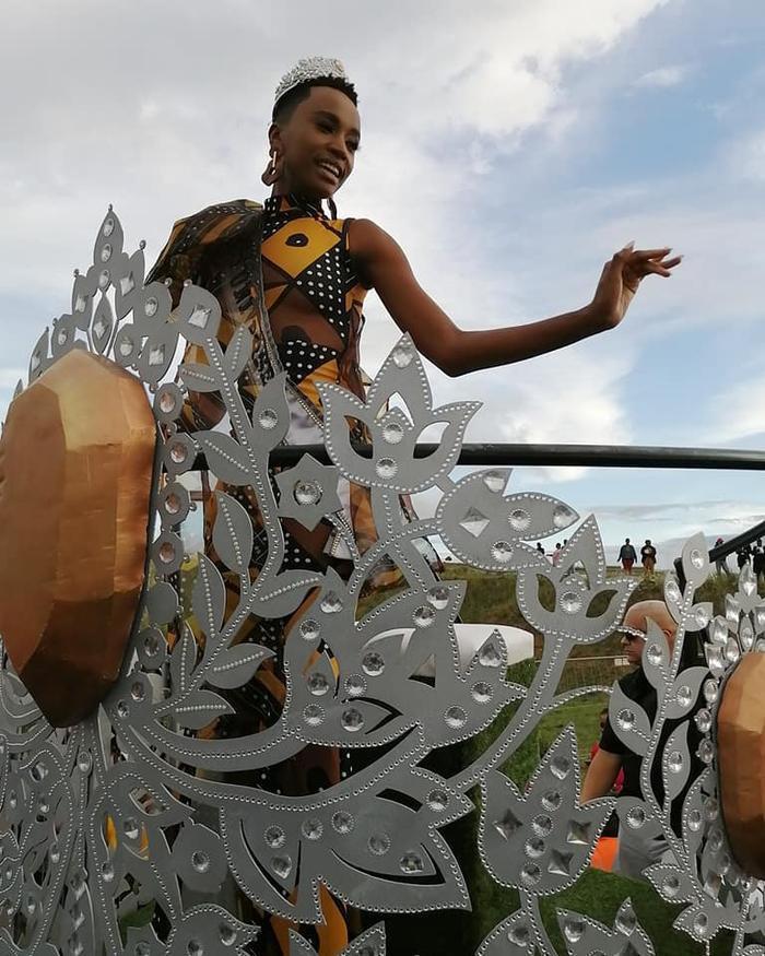Trong buổi lễ diễu hành ăn mừng chiến tích,Zozibini Tunzi diện thiết kế có hoạ tiết hoa văn mang đặc trưng của những người dân nước này.