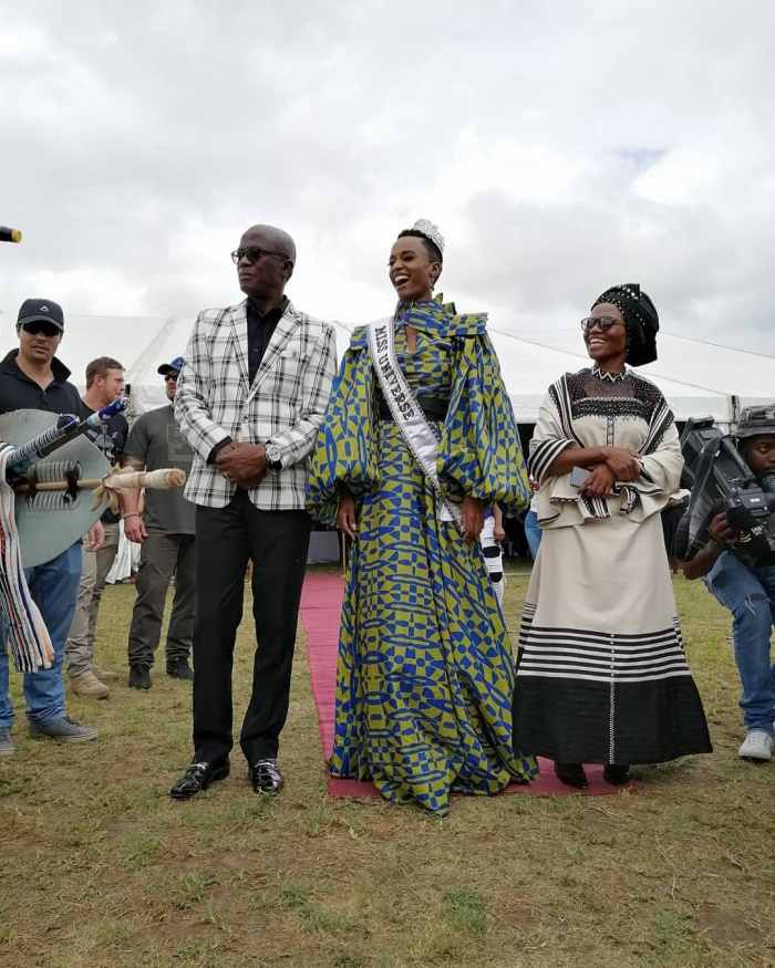 Một outfit mới lạ củaZozibini Tunzi trong hoạt động tại quê hương Cape.