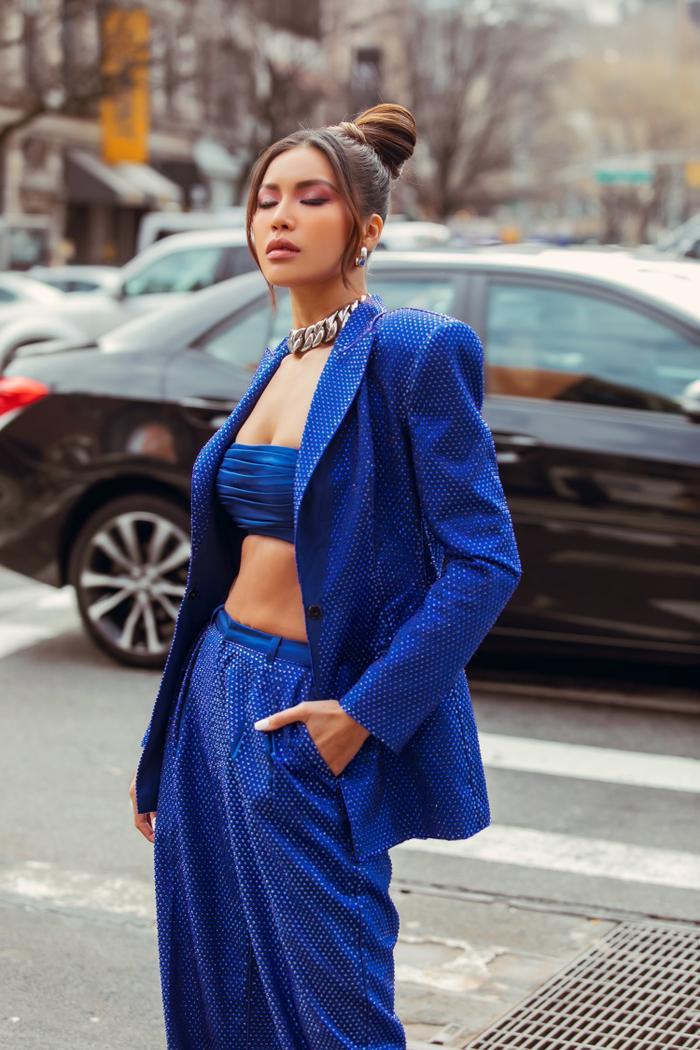 Thay đổi 2 phong cách khác nhau, Minh Tú nổi bật và đầy quyền lực tại ngày 2 New York Fashion Week 2020 ảnh 1