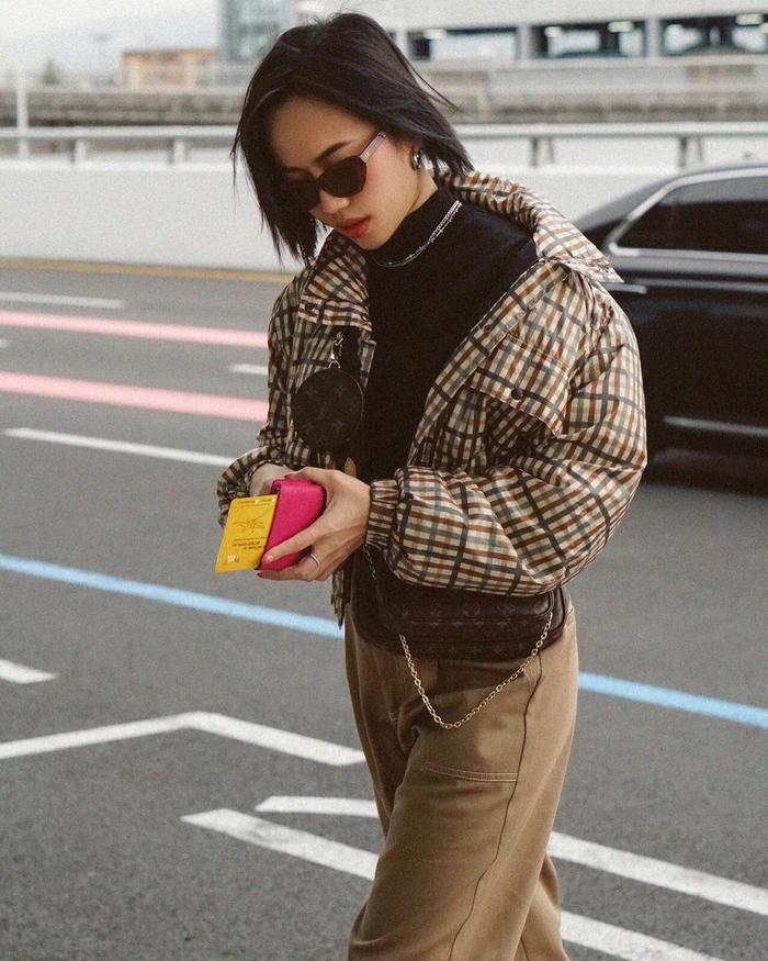 Diệu Nhi thu hút sự chú ý khi thả dáng sành điệu trên phố với outfit layer được mix theo tông màu nâu neutral ấm áp.