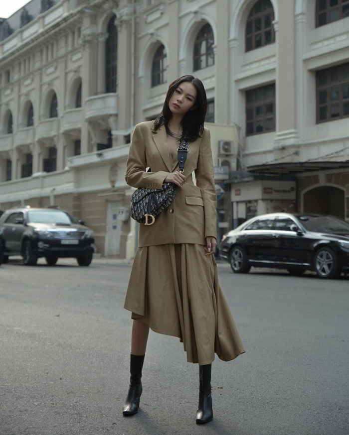 Cùng chung ý tưởng diện màu nâu ra phố còn có Phí Phương Anh, cô nàng sử dụng chiếc túi Dior đeo chéo nhằm tạo điểm nhấn.