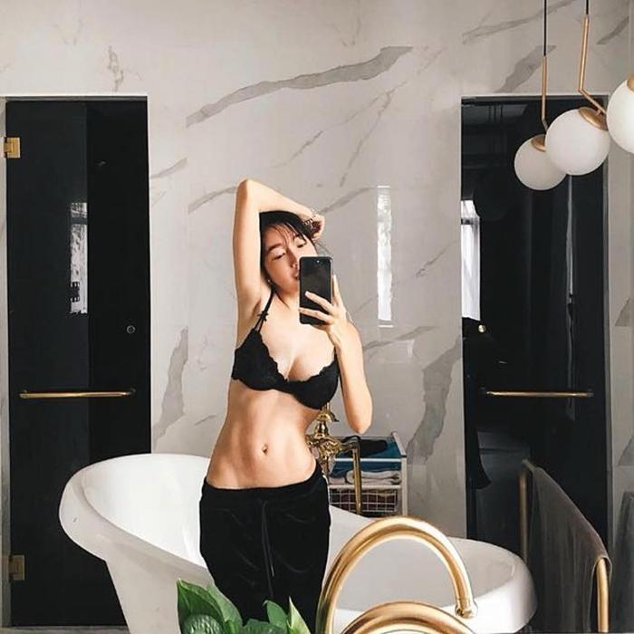 Elly Trần cũng là một trong những mỹ nhân sở hữu hình thể nóng bỏng, nuột nà.