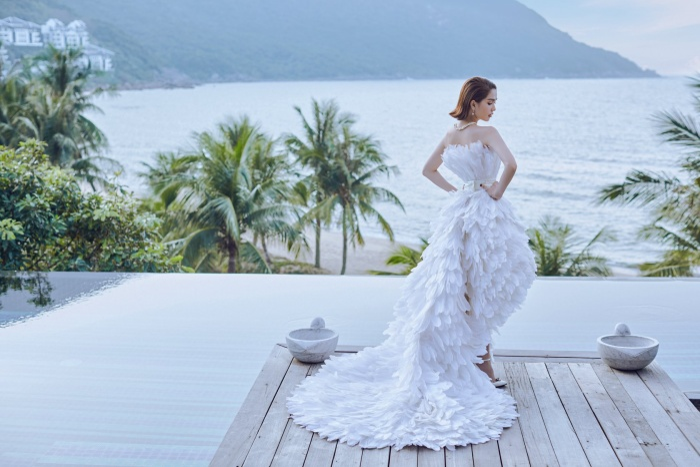 Chiếc váy mullet với phần phía trước cắt cao, khoe đôi chân dài cũng từng được Ngọc Trinh chưng diện.