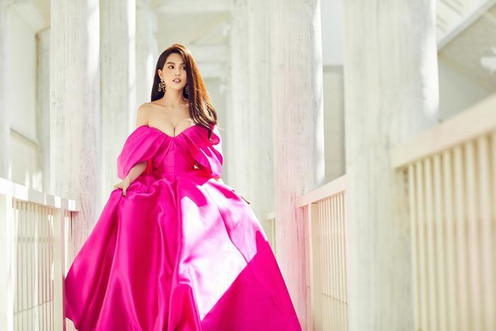 Ngắm nhìn Ngọc Trinh, có thể tưởng tượng cô nàng trông chẳng khác một nàng công chúa, đang dạo bước trong lâu đài của chính mình.