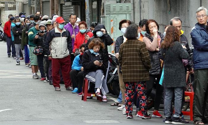 Người Đài Loan xếp hàng dài, đem ghế giữ chỗ chờ mua khẩu trang giữa dịch virus corona ảnh 0
