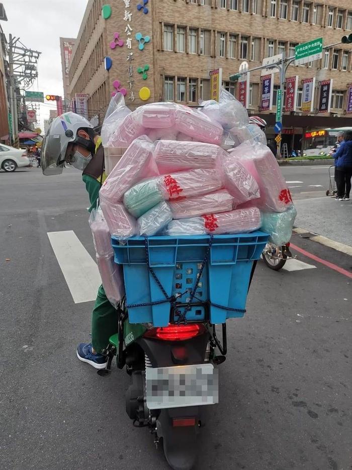 Người Đài Loan xếp hàng dài, đem ghế giữ chỗ chờ mua khẩu trang giữa dịch virus corona ảnh 1