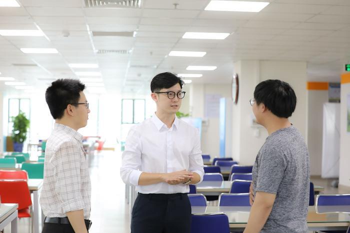 Với thầy giáo nhiều kinh nghiệm thực tế và khả năng ngôn ngữ tốt, sinh viên mặc sức học tập.