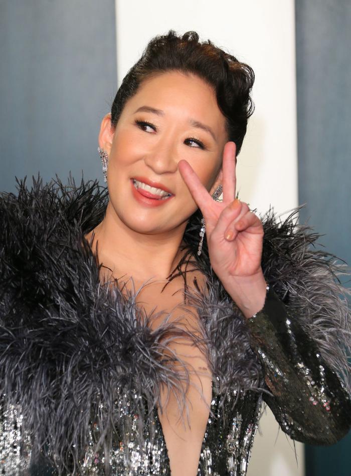 Quyền lực như một nữ hoàng, Sandra Oh nổi bật trên thảm đỏ tiệc hậu Oscar 2020 với sáng tạo của Công Trí ảnh 0