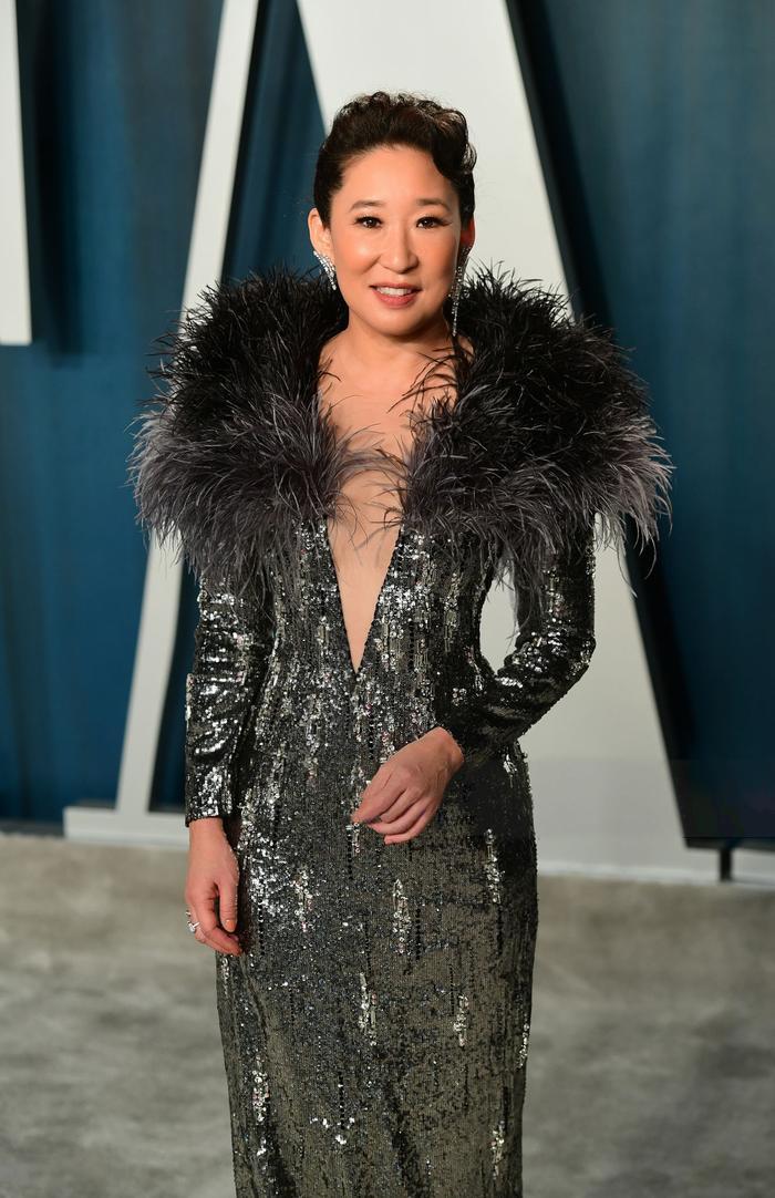 Quyền lực như một nữ hoàng, Sandra Oh nổi bật trên thảm đỏ tiệc hậu Oscar 2020 với sáng tạo của Công Trí ảnh 1