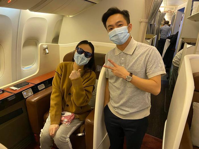 Hai vợ chồng Đàm Thu Trang và Cường Đô La vừa mới về Việt Nam sau chuyến sang Mỹ du lịch nhân dịp năm mới, cả hai không quên đeo khẩu trang phòng tránh dịch Corona