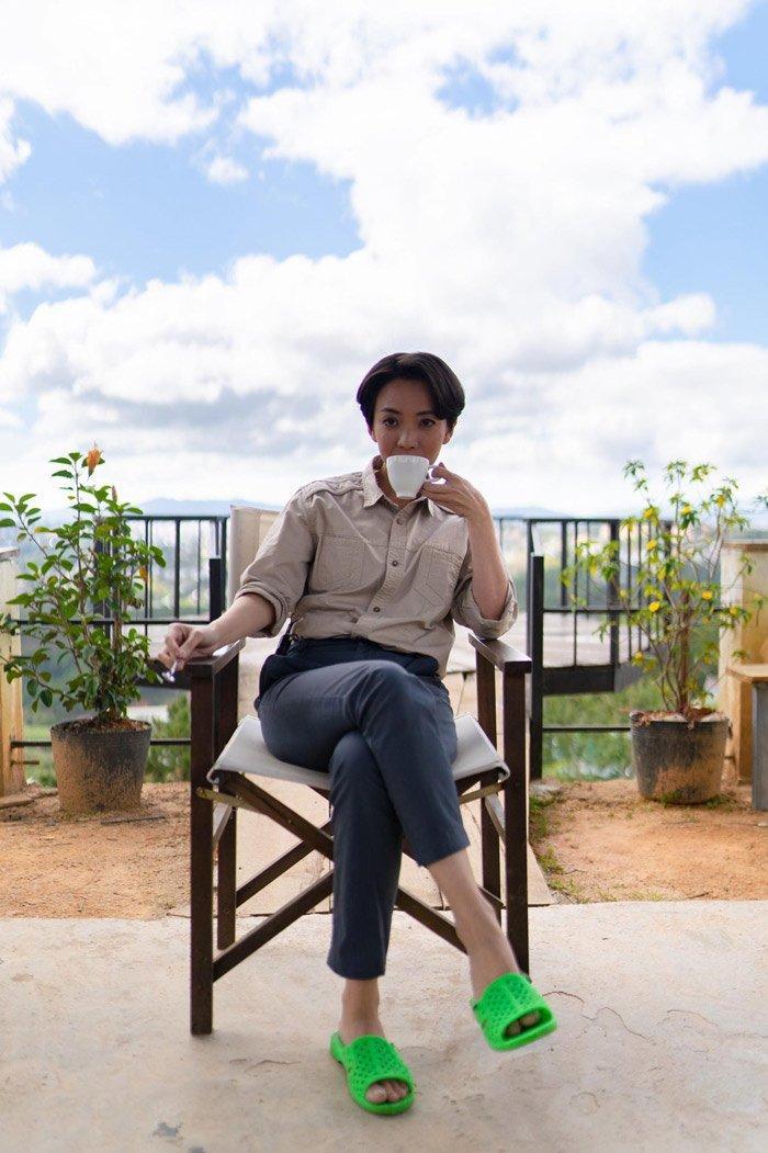 """Dù mang đôi dép chỉ có giá tầm vài chục nghìn đồng, nhưng Thu Trang vẫn toát ra khí chất """"soái tỷ"""", thu hút vạn người mê."""