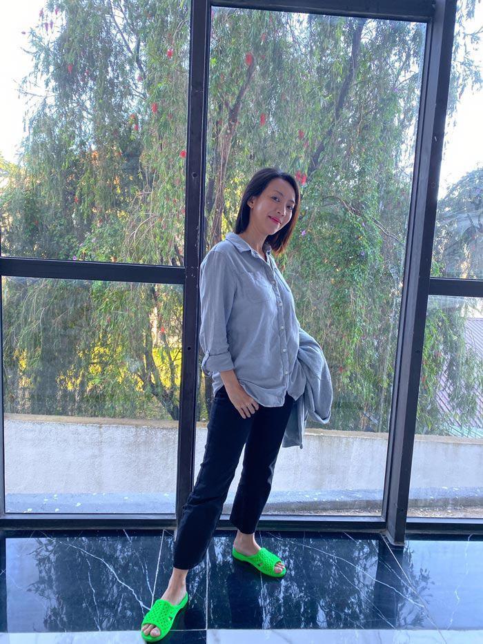 Dù cắm thùng hay bỏ áo ra ngoài, đôi dép này vẫn được Thu Trang mix một cách cực kỳ hợp lý.