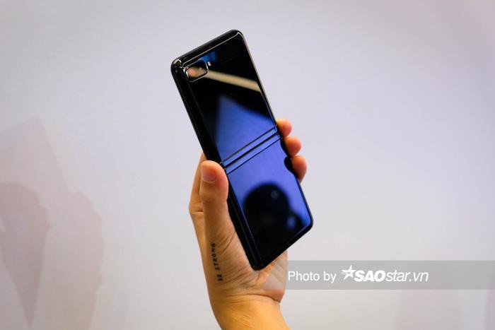 Dòng sản phẩm Galaxy Z Flip sẽ có mặt tại thị trường Việt Nam với hai phiên bản màu đen và tím, với bộ nhớ trong 256GB cùng giá bán lẻ đề nghị là 36.000.000 đồng.