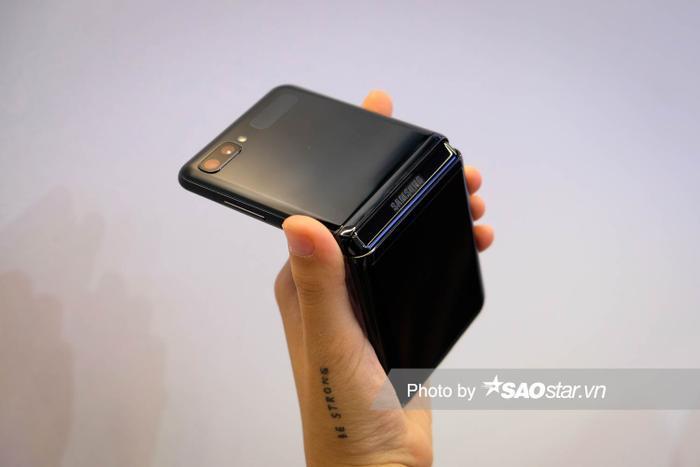Theo Samsung, thiết bị có thể gập được 200.000 lần. Nếu mỗi ngày mở 100 lần, máy có thể chịu được hơn 5 năm.