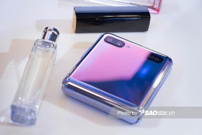 Đầu tiên về thiết kế, Galaxy Z Flip sở hữu kiểu dáng thiết kế nhỏ gọn, dễ cầm nắm. Khi gập lại, máy có kích thước chỉ bằng một chiếc ví, thậm chí nhỏ hơn.