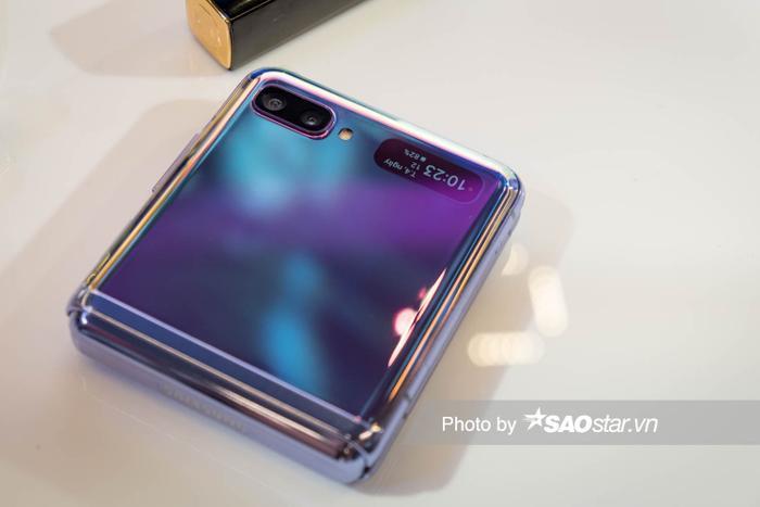 Trên phần vỏ ngoài của Galaxy Z Flip là một màn hình phụ có kích thước 1,1 inch. Màn hình phụ này cho phép người dùng nhận thông báo, xem giờ, phần trăm pin mà không cần mở toàn bộ máy.