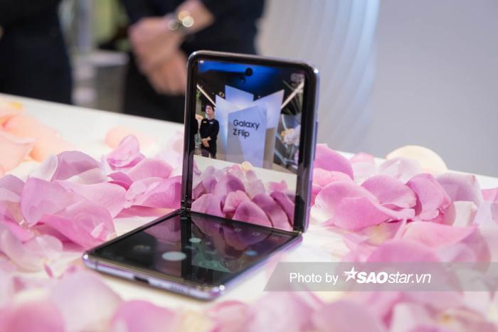 Camera đục lỗ ở giữa máy có độ phân giải 10MP, F2.4. Người dùng có thể mở máy góc 90 độ, đặt lên bàn để selfie.