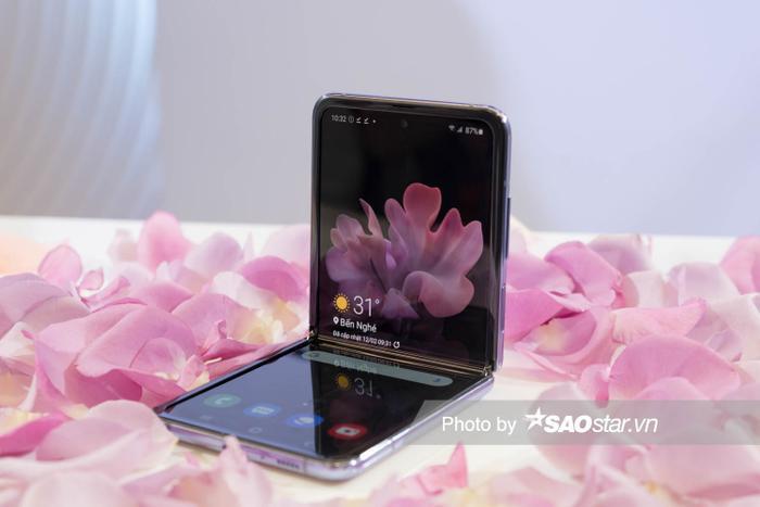 Người dùng còn có thể quay video trên Galaxy Z Flip với chế độ Night Hyperlapse, hoặc chụp ảnh thiếu sáng cùng chế độ ban đêm mà không cần đèn flash.
